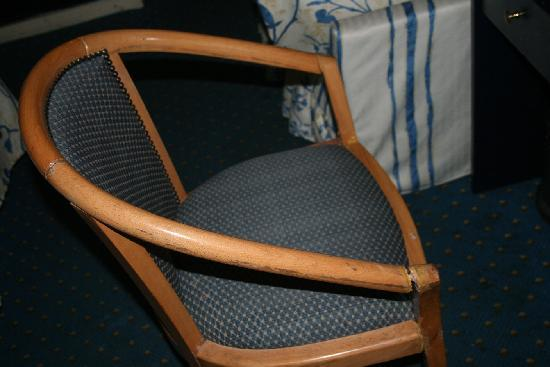Concorde Hotel: Broken chair