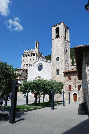 Gubbio, Italy: CHIESA DI S.GIOVANNI E PALAZZO DEI CONSOLI