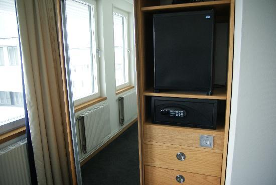 BEST WESTERN Hotell Goteborg: Minibar and safe.