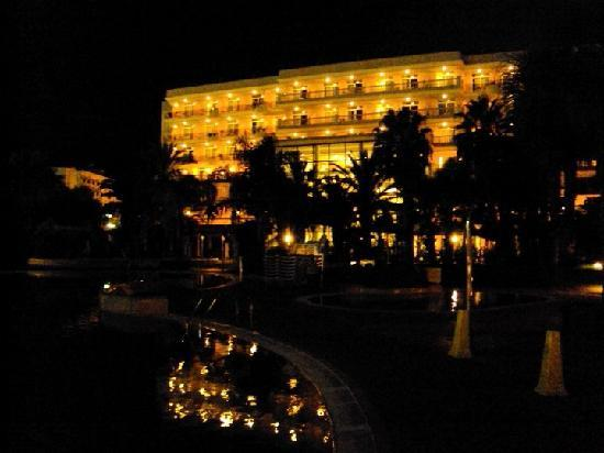 Palas Pineda: Hotel at night