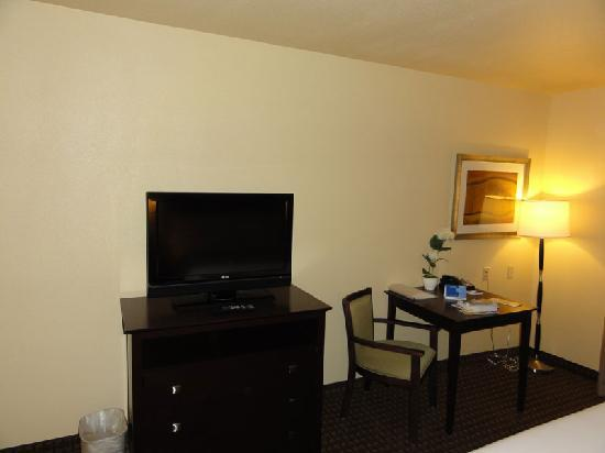 Holiday Inn Express Dinuba West: TV and table