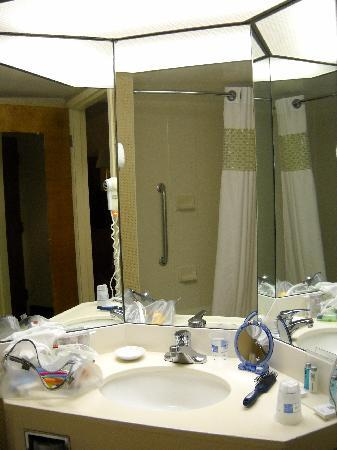 Hampton Inn St. Joseph I-94: bright vanity - love the 3-sided mirror!