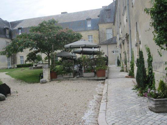 Chalais, France: Courtyard dining area