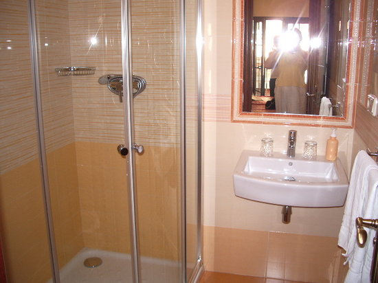 Hostal / Pension Rodri: modern bathroom