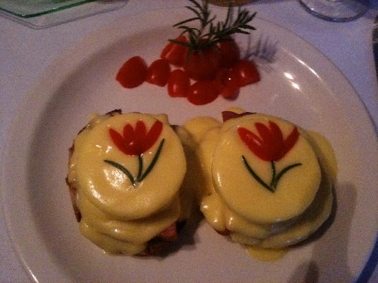 Stewart Inn Bed and Breakfast: The most beautiful Eggs Benedict I've ever devoured.
