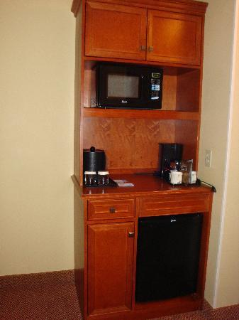 Hilton Garden Inn Anchorage: Coffee, fridge and micro area