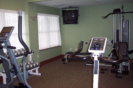 Rodd Crowbush Golf & Beach Resort: Fitness Center (Partial View) - Very Clean - Towels/Water/Dressing Room
