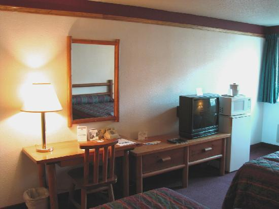 Duluth Spirit Mountain Inn - Americas Best Value : Desk, TV, Fridge, Micro, rustic table and chairs