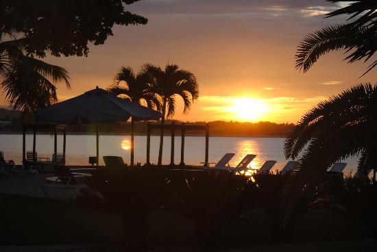 Velero Beach Resort: Sunset over the pool and ocean