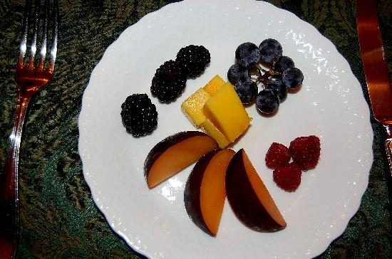 English Bay Inn: Fruit at breakfast