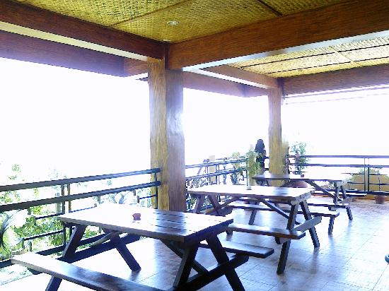 Mt. Tapyas Hotel: rooftop bar and resto