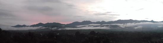 Pai, Thaïlande : Sun setting over the mountains