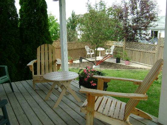 Fox Hollow B&amp;B: Deck overlooking back garden