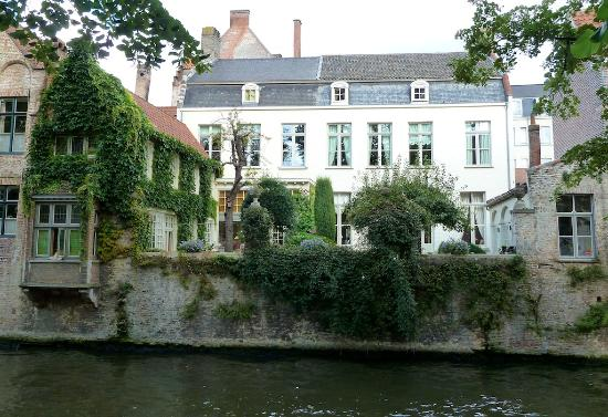 Huyze Hertsberge: house seen from canal