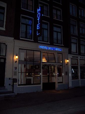 Hotel Multatuli: Look for the blue sign for hotel.