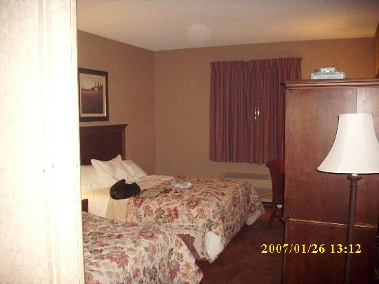 Grand Oaks Hotel: bedroom,2queen 1nitetable.desk,chair.t.v.in armoire
