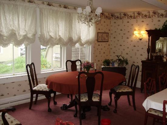 Canterbury House Bed and Breakfast: The dining room