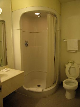 Americas Best Value Inn: Bathroom - Room 209