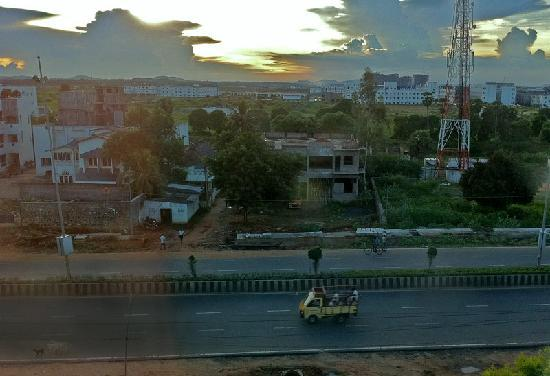 Kohinoor Asiana Hotel: View out the hotel room window. I thoroughly enjoyed watching the people and traffic.