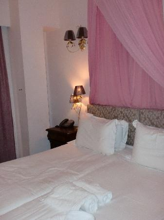 Acropolis Museum Boutique Hotel : bed with the cute chandeliers