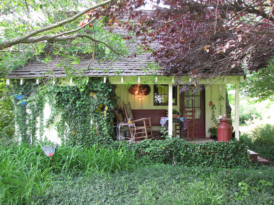 Sinking Springs Herb Farm & Retreat: The cottage available to rent (which include a hot breakfast).