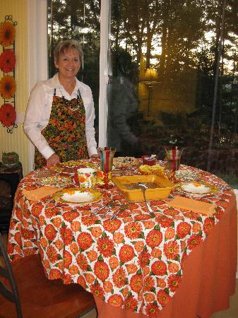 Crimson Cottage Inn the Woods: Kathy serving breakfast