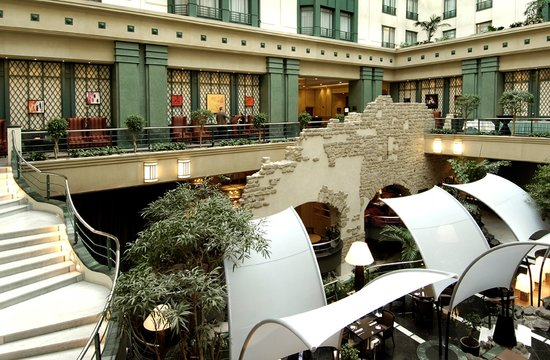 Radisson Blu Royal Hotel, Brussels : Atrium view with ancient city wall 