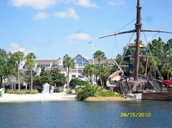 Disney&#39;s Beach Club Resort: Pirate ship slide at hotel