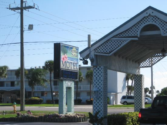 Luna Sea Motel: Main Entrance