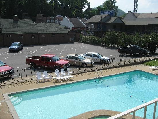 Riverside Motor Lodge: View from room...pool and front parking lot.