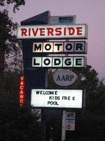 Riverside Motor Lodge: River Rd entrance