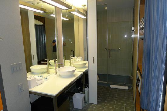 Aloft Milwaukee Downtown: ALOFT Bathroom (clean and modern )