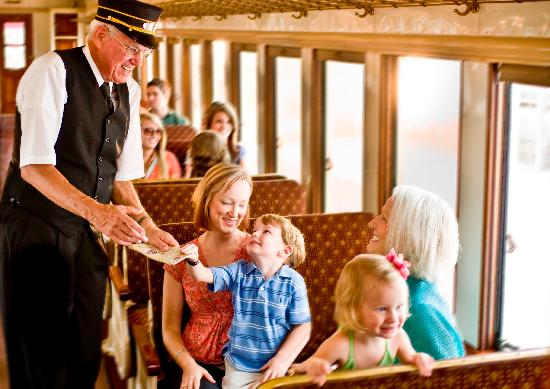 Грейвайн, Техас: Passengers on the Grapevine Vintage Railroad ride in authentic 1920s Victorian-style coaches.
