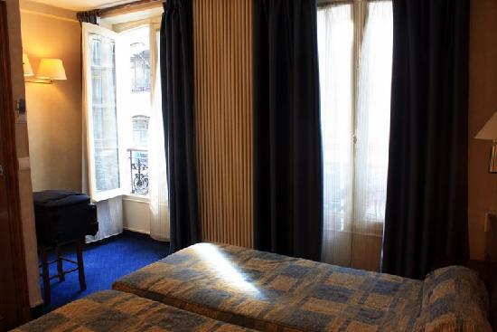 Hotel du College de France: The twin bed room I had for 3 nights