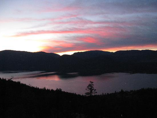 Vernon, Canada: Sunset view from our room overlooking Lake Okanagan