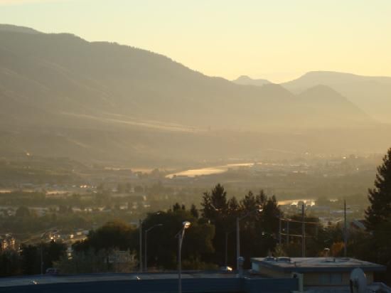 Howard Johnson Inn Kamloops: View from the lookout across the parking lot