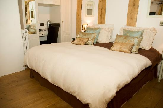 Double Queen Bed : ... Guesthouse: FORMER RED LION FRONT BEDROOM AS A DOUBLE. (QUEENSIZE BED