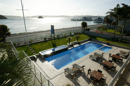 Kingsgate Hotel Autolodge Paihia: Pool Area &amp; Paihia Wharf
