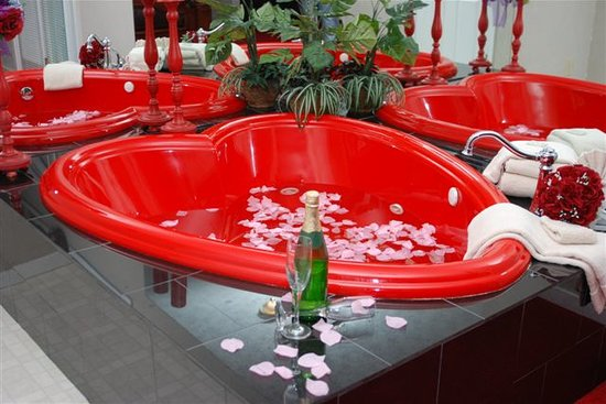 Honeymoon Hills: Romantic Heart Shaped Jacuzzi