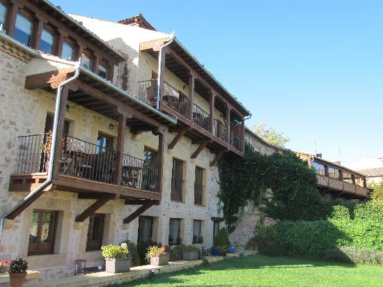 Pedraza, Spain: Small but adequate garden.  Some rooms with balconies.
