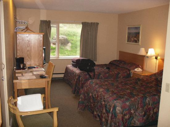 Econo Lodge: This photo makes the room look nice, dont be fooled the camera lies