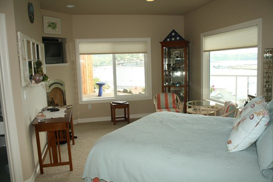 The Lightkeeper's Inn Bed & Breakfast: Our cozy room
