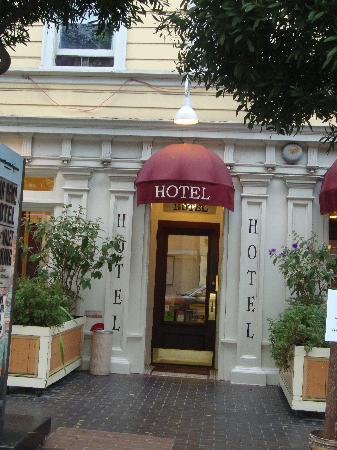 San Remo Hotel: Hotel Entrance