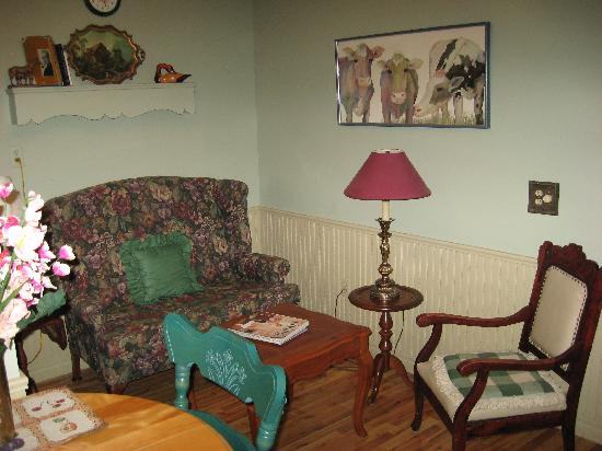 Heritage Home Bed and Breakfast: Sitting Area