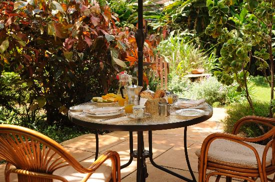 Miti Mingi Guest House: Breakfast al fresco