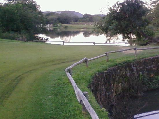 Hazyview, Sydafrika: 16th green. Hippo pool on right