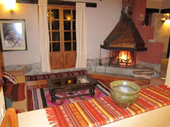 Kuychi Rumi: Cozy living room with fireplace