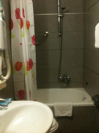 Rome Accommodation B&B: Small, but well appointed bathroom