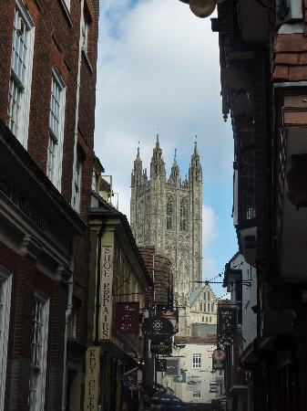 Кентербери, UK: A view of the Cathedral off of a side street