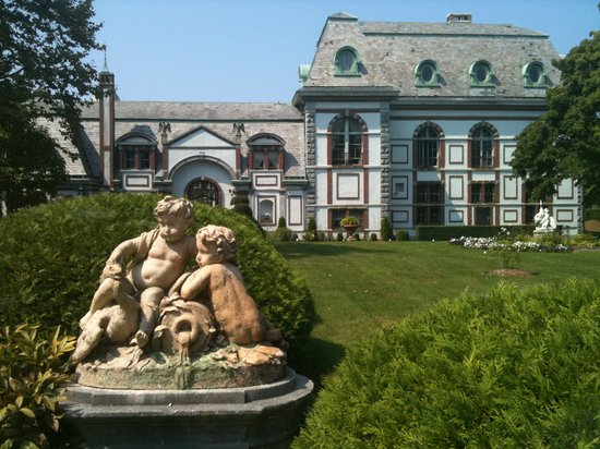Beachstone Bed & Breakfast: Belcourt Castle is two doors aways.